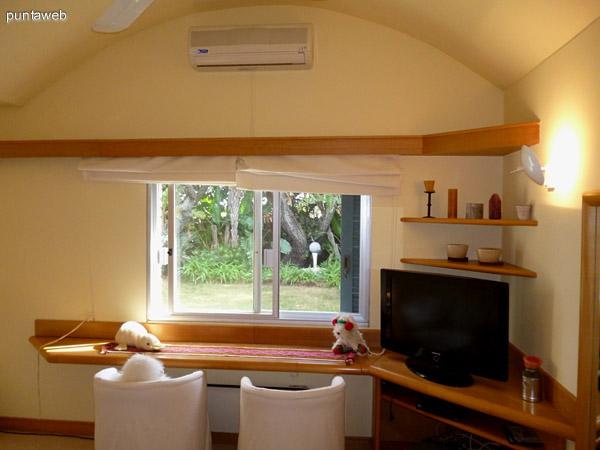 Quinto dormitorio cuenta con ventilador y split frío/calor.