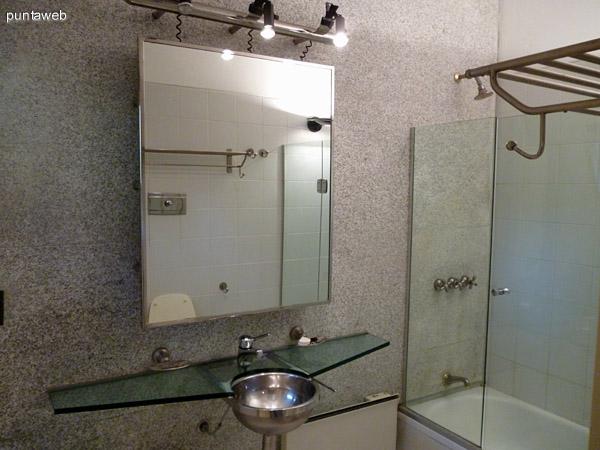 Quinto baño en suite, artefactos de excelente nivel, ventilación exterior. Bañera.