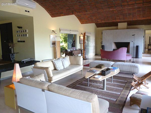 Living y estar, estufa a leña de excelentes dimensiones, ambientes muy luminosos con mobiliario de excelente nivel.