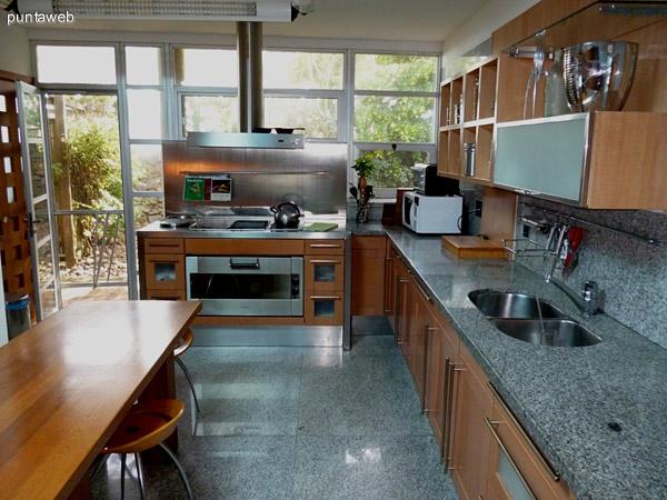 Amplia y luminosa cocina perfectamente equipada con electrodomésticos y mobiliario de excelente nivel.