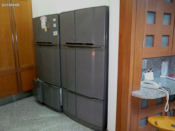 Heladeras con frío independiente por sectores de gran capacidad en cocina.