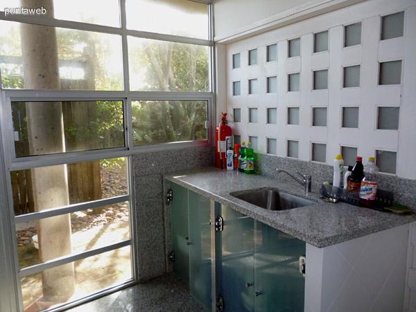 Zona de lavadero con acceso a jardín lateral de la propiedad.
