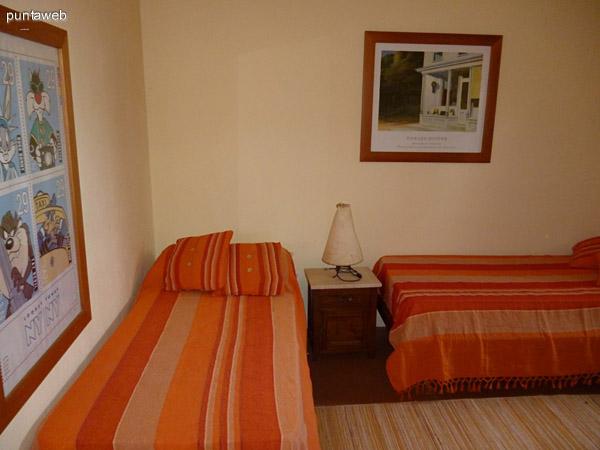 Dormitorio de servicio equipado con dos camas de una plaza.