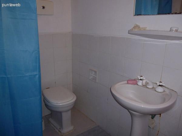 Baño de servicio en suite.
