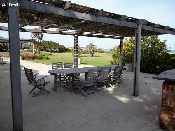 Hermosa pergola con muebles de exterior para compartir almuerzos, cenas o un rato al aire libre en familia o con amigos.