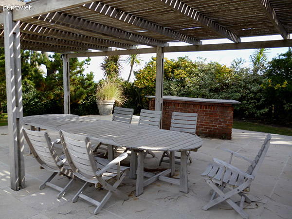 Mobiliario de exterior y barra para despachar tragos o alimentos en reuniones o fiestas.