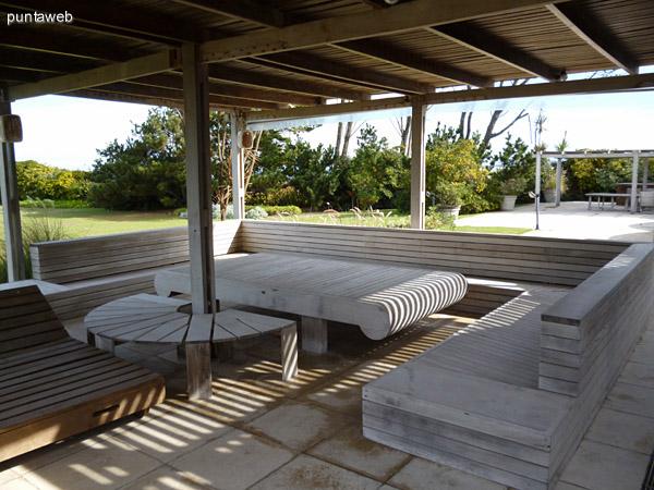 Segunda pergola con reposeras, bancos y mesas en madera, en días de verano se decoran con telas para crear un ambiente fresco para descansar al aire libre y a la sombra.