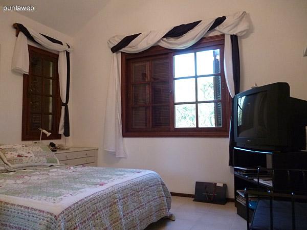 Dormitorio con vistas exteriores al jardín interno de la propiedad.