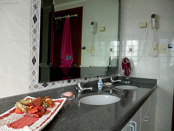 Baño principal en suite, cuenta con doble lavabo.