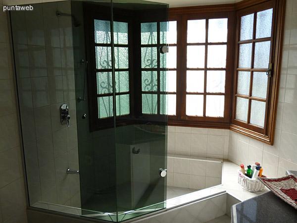 Baño principal en suite.