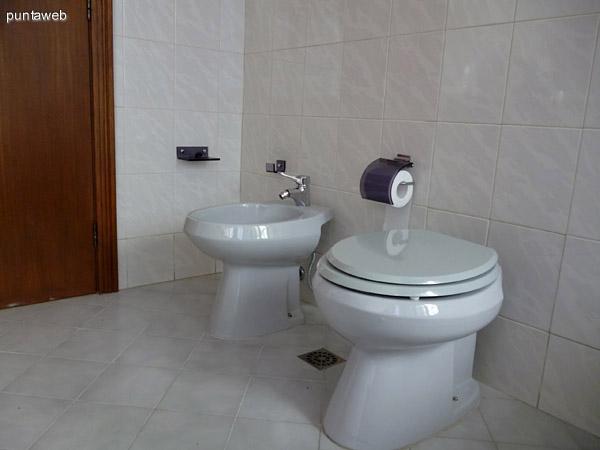 Artefactos en baños principal.