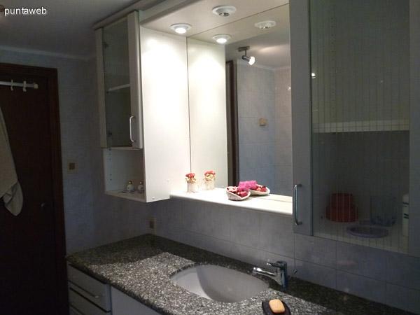 Tercer baño, ventilación exterior y bañera.