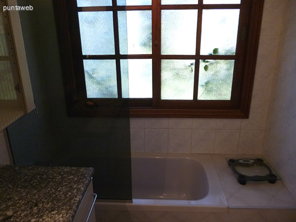 Bañera en tercer baño, con ventilación exterior.