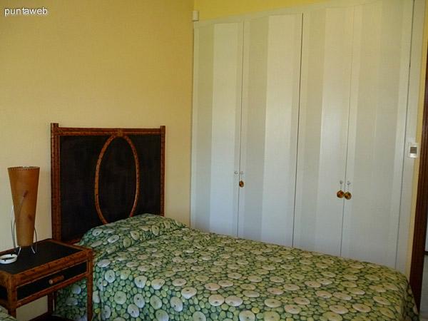 Cuarto dormitorio, placares empotrados de gran capacidad.