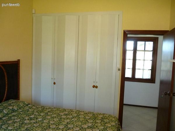 Segundo dormitorio en suite equipado con dos camas de una plaza, vistas exteriores a la calle y entorno.