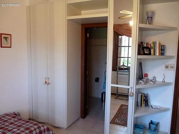 Placares y repisas en segundo dormitorio en suite.