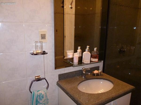 Segundo baño en suite, completo, lavabo y ducha.