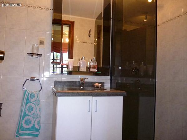 Artefactos en segundo baño en suite.