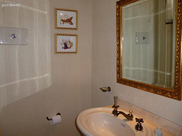 Amplia cocina muy bien equipada con mobiliario de nivel, ventilación exterior, lavavajillas y lavaropa.