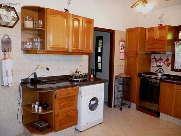 Lavarropas en cocina, acceso a dormitorio de servicio y acceso a garage cerrado subterráneo.