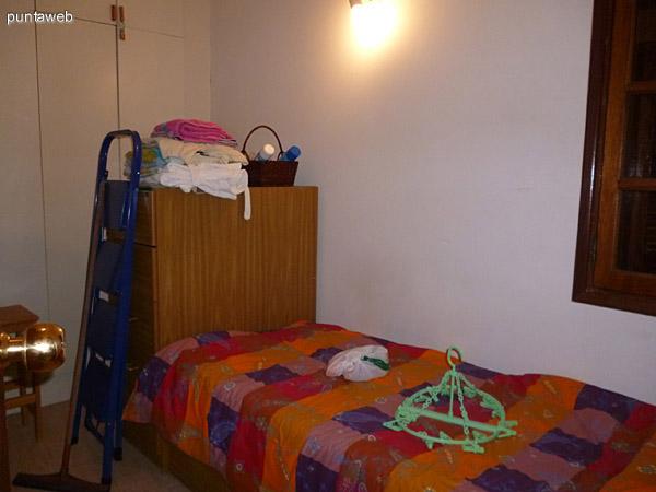 Baño completo en suite en dormitorio de servicio.