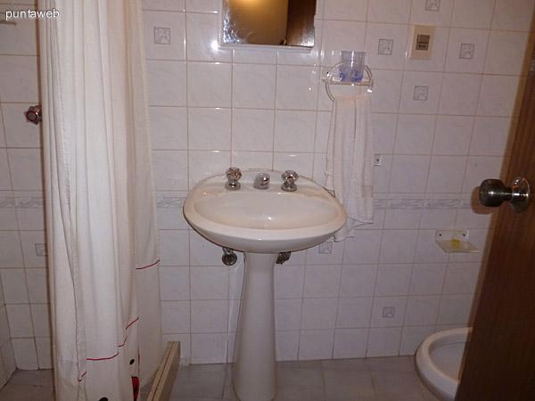 Lavabo en baño de servicio.