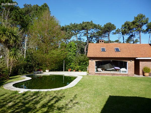 Hermoso jardín bien cuidad, piscina funcional lista para su uso en temporada.