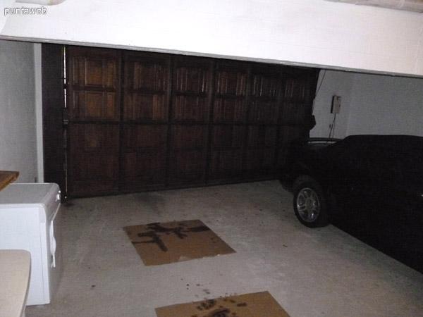 Garage con portón eléctrico con espacio físico para dos vehículos, disponible solo un lugar dado que el auto queda guardado durante el alquiler.