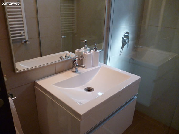 Second bathroom. Located between the third and fourth bedroom. <br><br>Detail of taps and sanitary ware.