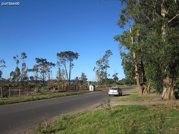 Vista desde la acera de enfrente por la calle Acuario hacia el oeste.